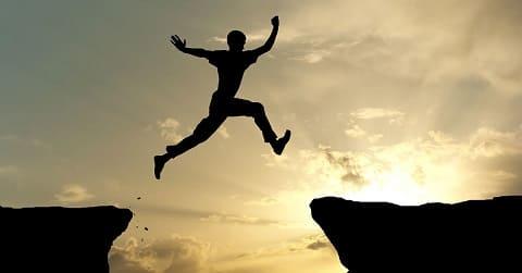 Un homme saute avec confiance