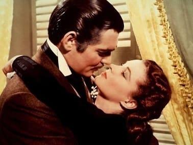 un homme et une femme s'embrasse